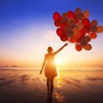 Frau mit roten Luftballons