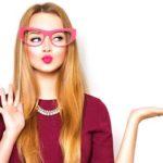Frau mit lustiger Brille präsentiert etwas